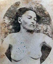 Il corpo senza vita, spogliato e fotograto di Michelina