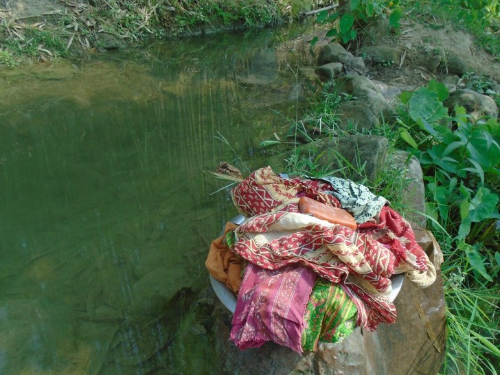 Qui Manisha Karki ha fotografato il fiume che deve raggiungere per lavare gli abiti che usa durante il ciclo. Lavarli alla fonte del villaggio è vietato.