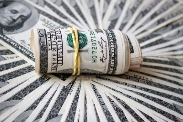 7462900-rotolo-di-dollaro-serrata-con-banda-su-uno-sfondo-di-dollari