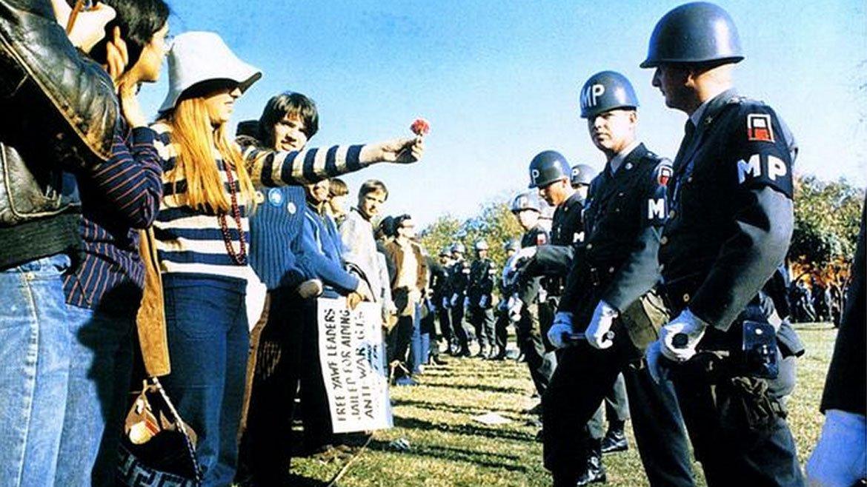 El-flower-power-durante-las-protestas-hippies-contra-la-Guerra-de-Vietnam.-Arlington-Virginia-1967