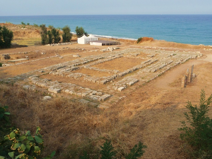 Tempio della colonia greca di Kaulon, a Monasterace (Reggio Calabria) – Ph. Marcuscalabresus –License