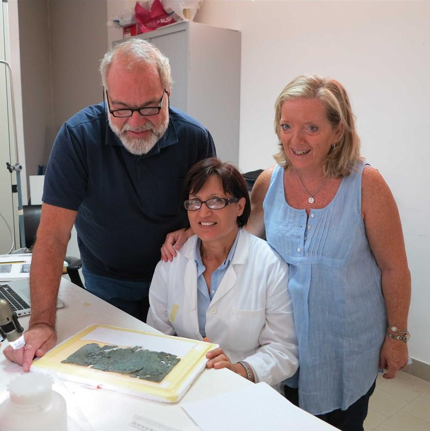 Il Prof. Carmine Ampolo, la restauratrice del Museo di Monasterace (Reggio Calabria) Villalba Mazzà e la Prof.ssa M. Cecilia Parra al lavoro sull'iscrizione - Image source