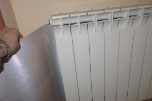 Pannelli termoriflettenti dietro ai termosifoni: come ottenere più calore e risparmio.