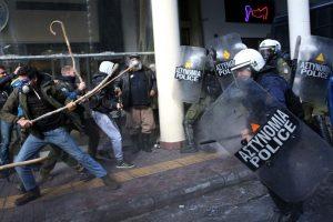 Scene di ordinaria follia nella Grecia sotto occupazione della Troika e dell'euro. E' avvenuto poco fa ad Atene (censurato dai media italiani)