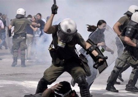 Grecia: la caccia ai giovani ribelli è aperta